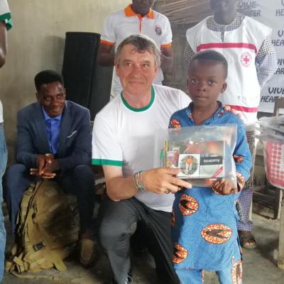 Ecole locococoumey cotonou Bénin. Un écolier primé avec le Pdt Hearter International